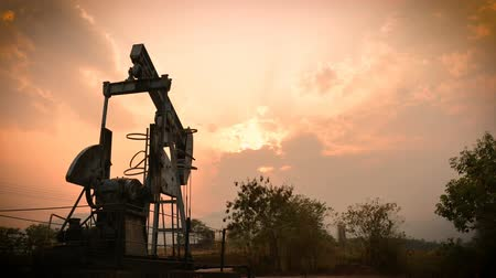 surový : old pumpjack pumping crude oil from oil well, timelapse