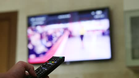 comutar : use the remote control to change channels on Television
