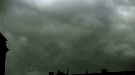 wróżba : Gray clouds thicken over the city. They are like steam or fog. The sky is not visible. Tamelaps. Wideo