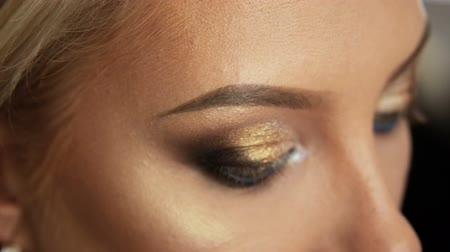 kiterjesztés : Beauty saloon. Blonde. Close-up of eye with make-up. Stock mozgókép