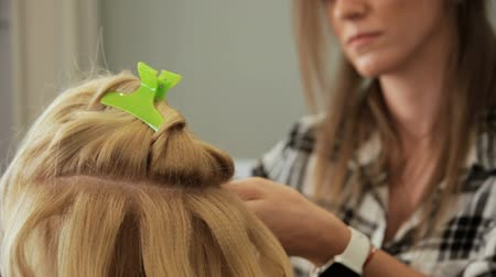 prádelník : Beauty saloon. Hairdresser styling hair in a blonde hairstyle.