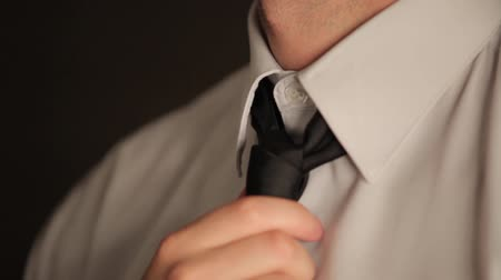 krawat : Close-up man tying necktie Wideo