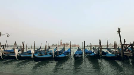 veneza : Gondolas sway on the waves in Venice
