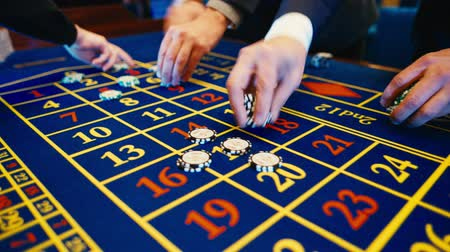 рулетка : Betting chips - Casino Roulette People playing Roulette in a Casino, S-Log Стоковые видеозаписи