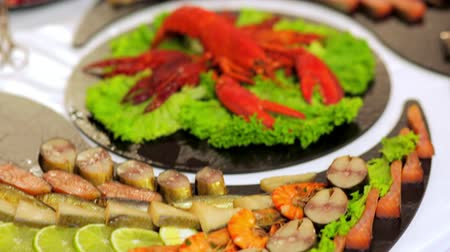 delicioso : buffet: salads, meat and fish dishes are on the table.
