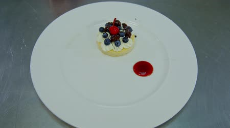 placas : decorate the plate with dessert.