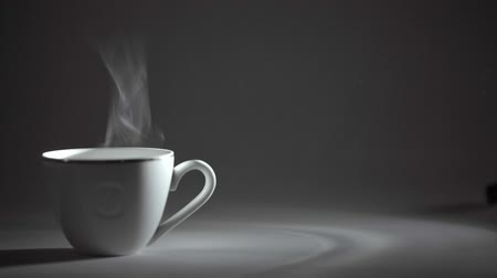 xícara de café : white Cup of hot tea or coffee, steam comes.