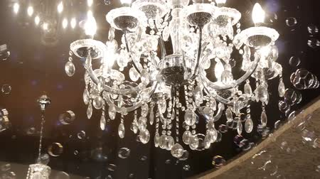 żyrandol : Beautiful hanging crystal chandelier on ceiling. Smooth camera track right.