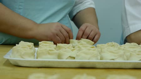 massa : rolling dough and making dumplings. Vídeos