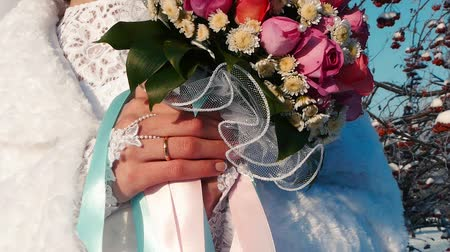 omuzlar : Bride holds a wedding bouquet in her hands Outdoors.