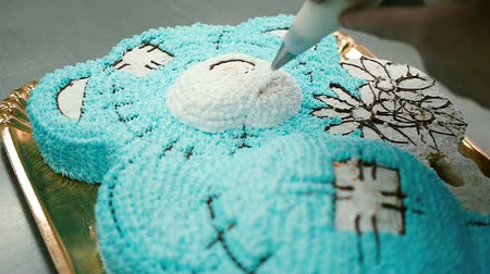 jegesedés : confectioner decorates a delicious cake