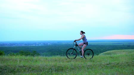 estilo de vida saudável : she maintains a healthy lifestyle, biking ride Vídeos