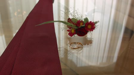 nákrčník : engagement rings, tie and boutonniere glass table groom before the ceremony