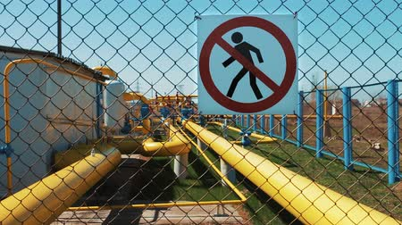 езда с недозволенной скоростью : Oil refinery. Natural gas treatment plant. Storage of oil products and gas. Warning sign of danger. Unauthorized entry is prohibited. Pipeline with shut-off valves. Transportation and storage of petroleum products. Treatment facilities.
