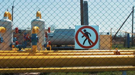 езда с недозволенной скоростью : gas industry. Gas supply to the population. Station for pumping and transportation of gas. Purification plants for natural gas and oil. Warning sign. Unauthorized entry is prohibited. Check valves on the pipeline. Cash pipeline. Стоковые видеозаписи