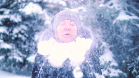 hófúvás : SLOW MOTION: Young woman blowing snow. Stock mozgókép