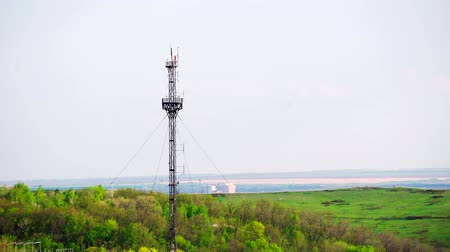 transmitir : communication tower, mobile signal, internet and TV broadcasting.