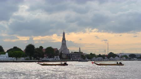 sztúpa : Wat Arun buddhist temple on Chao Phraya river at sunset, most popular sight in Bangkok