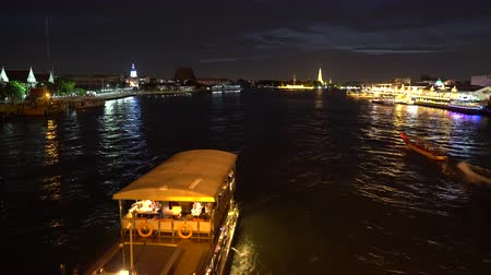 személyszállító hajó : Passenger cruise ship sailing down of river at night party time along metropolis Stock mozgókép