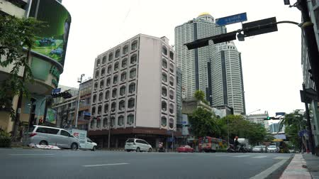 avenida : The busy intersection in the downtown, traffic near city buildings