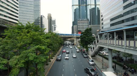 avenida : Heavy traffic along avenue in the city business district with skyscrapers at background Stock Footage