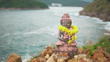 culto : Statuette of the Holy deity, mounted on top of a high cliff above the Bay. Place of religious worship Vídeos