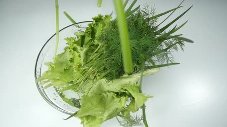 dilimleri : chives fall into the water. vegetables and fruits, organic food. vegetarian dishes