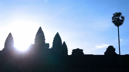hinduizmus : Silhouette of Angkor Wat during Sunrise. Stock mozgókép