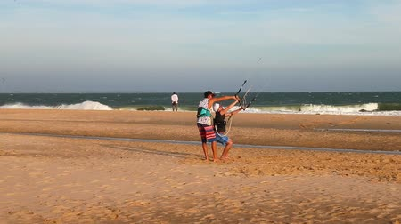 acrobata : Panoramic view how instructor teaches the beginner to ride a kite surf. Stock Footage