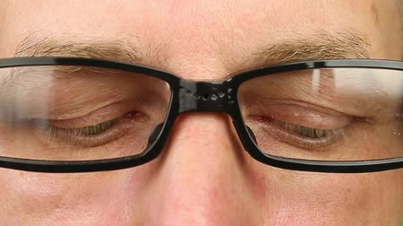 брови : Adult man in eyeglasses extremely close-up view. Thinking looking around. Eye movement side to side. Corner of eyes. Smiling laughing man face w glasses. Think read see down up and side eyes motion Стоковые видеозаписи
