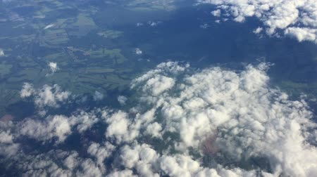 avançar : Flight high above land in clouds. On sky view. Aerial flyght in blue sky.