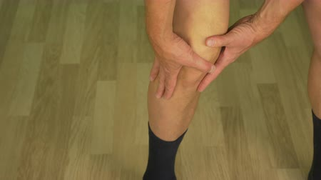 chafe : Knee of adult caucasian man. Male rubbing his legs by hands palm. Stock Footage