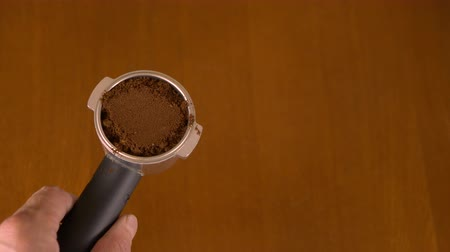 kahve molası : Close up top view. Man male hand prepaiting ground coffee. Spoon of black coffee. Making coffee. Stok Video