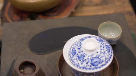 антиоксидант : Tea brewing in ceramic bowl and objects for chinese tea ceremony Стоковые видеозаписи