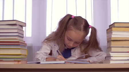ödev : School girl guess and solve task. Young caucasian girl thinking about homework.