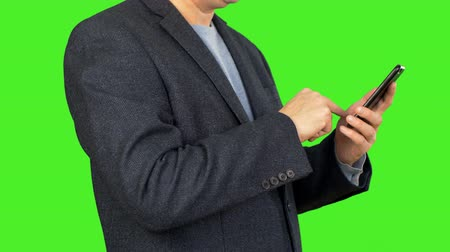 cavalheiro : Close up male hand using phone. Businessman look photo at smart phone. Man in blue suit surf internet. Alpha channel, keyed green screen. Stock Footage