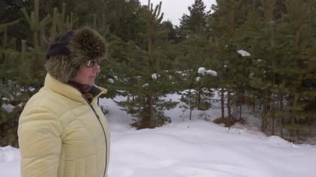 volný čas : Mature woman walking in snowy winter forest. Winter walking in beautiful forest Dostupné videozáznamy