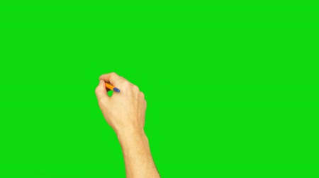 ручки : Hand with pen writing on green screen background. Alpha channel. Стоковые видеозаписи