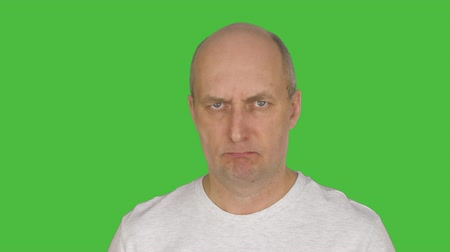 tenso : Mature angry man looking at camera. Alpha channel, keyed green screen . Vídeos
