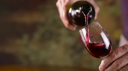 şarap kadehi : Male hand pouring red wine in glass from bottle close up. Man pouring red wine Stok Video