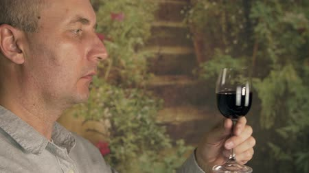 winogrona : Sommelier smelling flavor red wine in glass and tasting. Red wine degustation