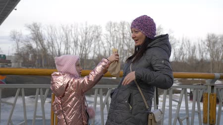 párek v rohlíku : Little girl joking and feeding mother with delicious hot dog Dostupné videozáznamy