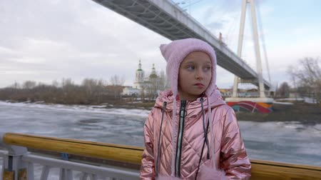 perdido : Frustrated lost little girl standing near railings Vídeos