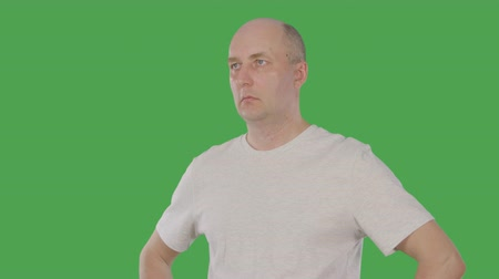 плечо : Bald man nodding head and agreeing with conversation isolated on green background. Alpha channel, keyed green screen Стоковые видеозаписи