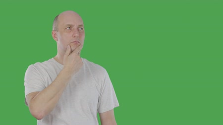 tenso : Smart man thinking and raising index finger up when he found solution problem. Alpha channel, keyed green screen Vídeos