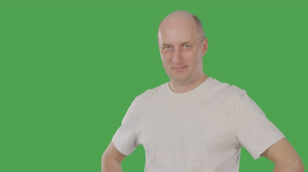 ukłon : Mature agree man nodding head on keyed green screen. Alpha channel Wideo