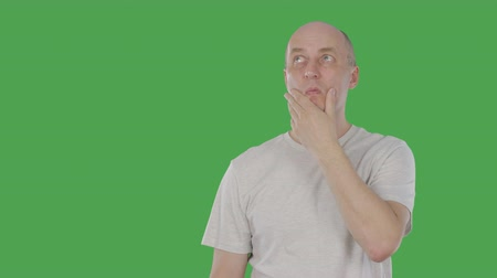 tenso : Thoughtful man guess. Mature man pointing up and having idea. Alpha channel, keyed green screen Vídeos