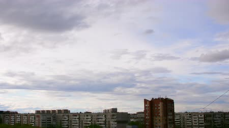 duše : Clouds above city skyline. Clouds moving over blue sky. HD Time lapse