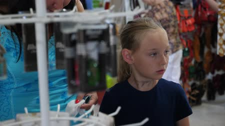 ajándékok : Young mom together daughter shopping and choosing goods in store Stock mozgókép