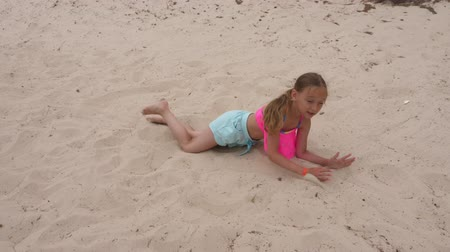tancerze : Adorable young girl breakdancing on sandy beach